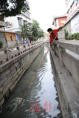 曾经的清清河道,现在污水横流臭气熏天。尴尬一幕出现在市区鲤城临江街道七中沟