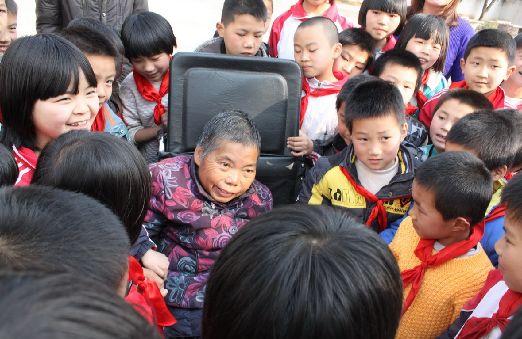 孩子们围在身边,蔡坚基老师露出了笑容