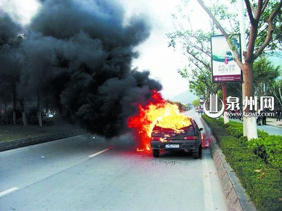 小车半路自燃致交通严重阻塞 所幸无人伤亡(图)