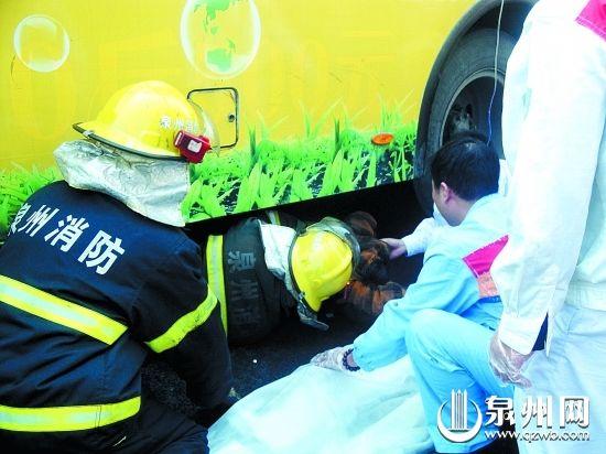 救援人员想尽办法把老阿婆挪出车底