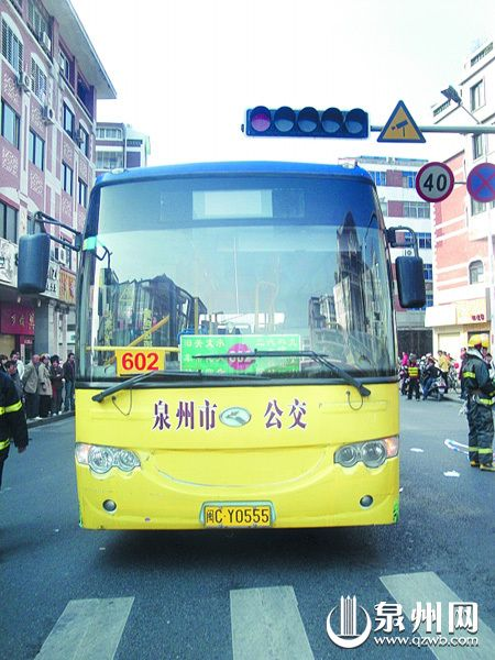 出事的公交车停在路口附近