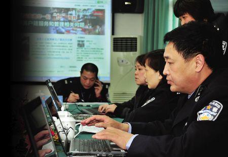 福州市公安局鼓楼分局孙卫疆副局长(前一)通过微博与网民交流