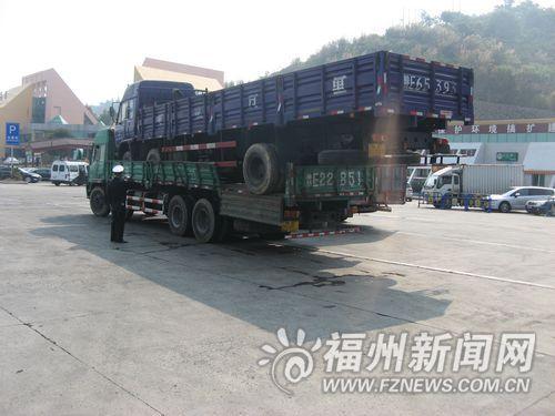 """司机为省过路费 让货车""""背着""""另一货车上高速(图)"""