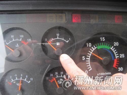 车辆启动后,油表的指针指在红线以下