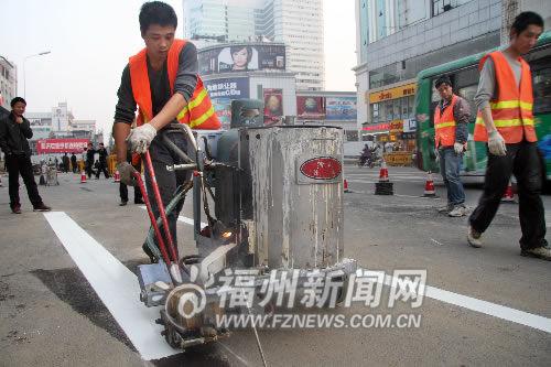 7日下午,施工单位已经开始在东街口部分路面上划定新的道路标线。