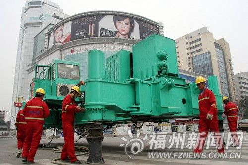 地铁施工人员组装三轴搅拌机