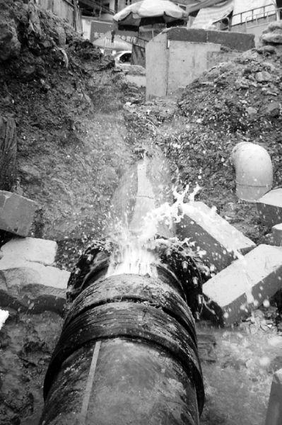 西园涵洞边一处水管正在冒水