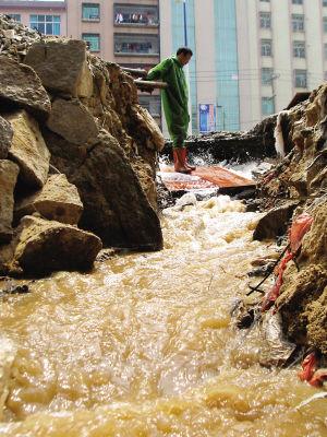 水流成河涌向低洼地带