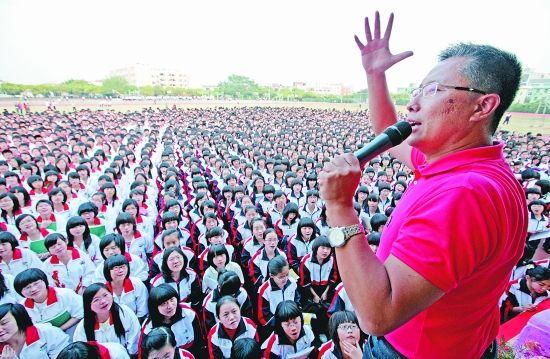 李阳向数千名学子发表个性十足的疯狂英语演讲