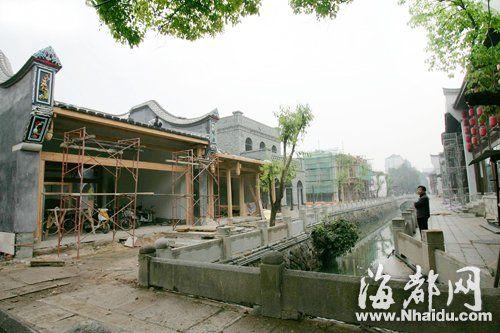 福州古建筑中特有的马鞍墙,加上民国时期的青砖建筑,使美食街营造出浓浓的怀旧气息