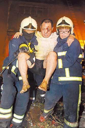 一名男子被炸伤,满脸鲜血逃出,被警消搀扶送医。图片来自网络