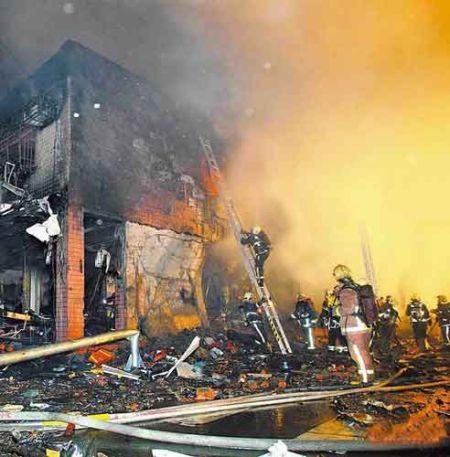 新兴堂香铺昨晚发生爆炸,现场几乎被炸成废墟,上百名警消到场灭火抢救。图片来自网络