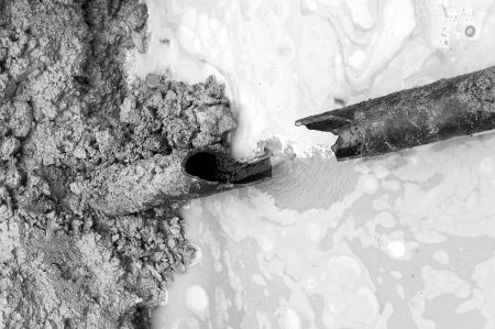 水管被施工单位的挖掘机挖破了