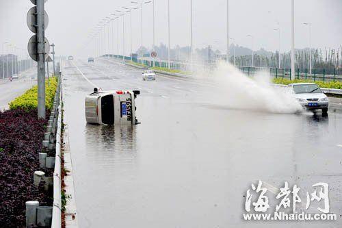 福州三环路积水近半米 滑翻两辆车(图)