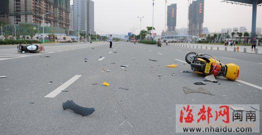 一辆摩托车和一辆电动车倒在路上