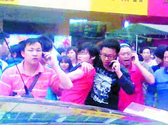 肇事司机(左二)被路人牢牢抓住(视频截图)