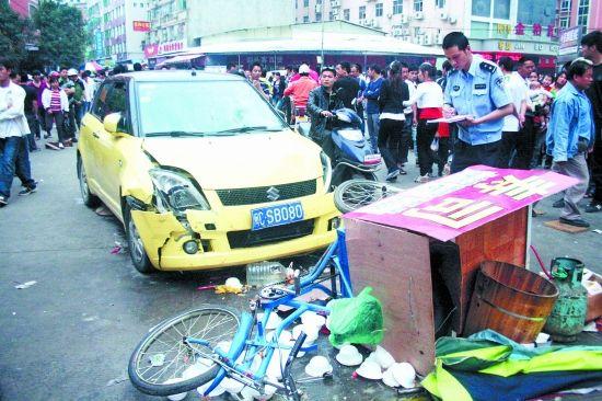 肇事车辆车头撞裂,交警正在现场调查。
