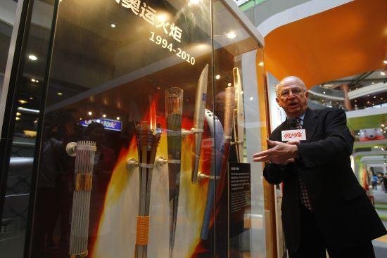 可口可乐公司文化典藏副总裁菲尔Ÿ穆尼先生介绍1985年跟随挑战者号进入太空的可口可乐罐