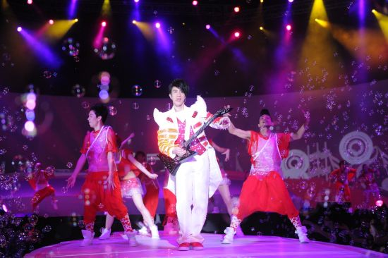 王力宏在可口可乐爽动夏日启动盛典上激情登场,high到极点