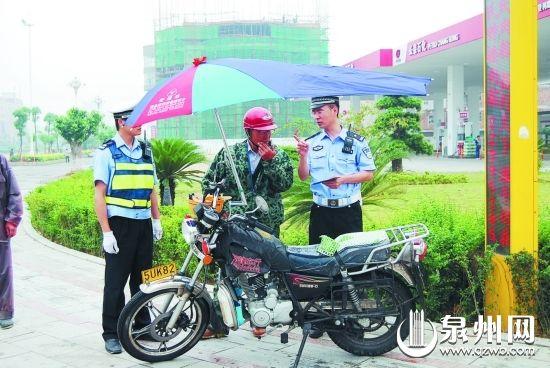 民警上路查处违法摩托车