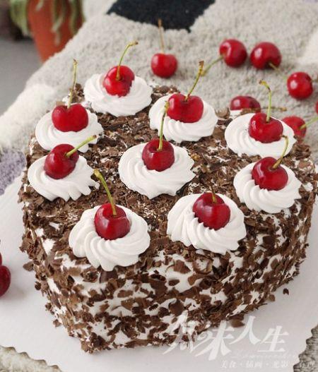 """作者:知味人生_丫头【点击查看原文】【关注作者微博】   黑森林蛋糕从内到外都充满樱桃的香气。也是一款很有历史的经典德式蛋糕。德文里全名""""Schwarzwaelder"""" 即为黑森林,它融合了樱桃的酸、奶油的甜、巧克力的苦、樱桃酒的醇香。它在上个世界三十年代便开始闻名于世,最早出现是在德国南部的黑森林地区。   那时候的人们,在每年樱桃丰收的时节,大方地将樱桃一颗颗塞在蛋糕的夹层里,或是作为装饰细心地点缀在蛋糕的表面。这款蛋糕不但漂亮的让人心动,味道更是经得起各种口味的挑剔。   材料:8寸戚风1个"""