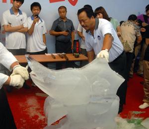 15分钟打磨出大型旗鱼冰雕
