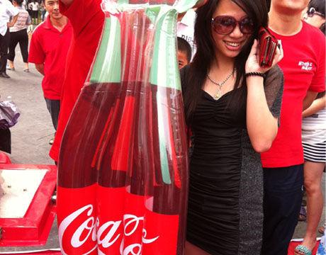 美女按到可口可乐限量版充气筏