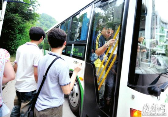 公车上挤满人,车站上还有乘客要等下一班了