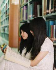 和图书馆的合影