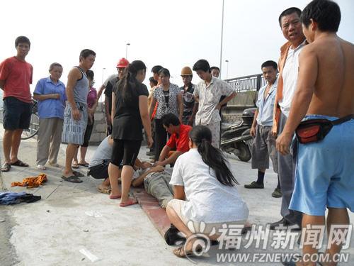 九孔闸桥边的路上,家属还在努力,希望挽救小曹
