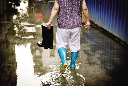 儿童穿雨鞋图片