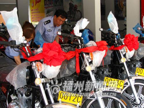 民警在查验带牌销售的摩托车