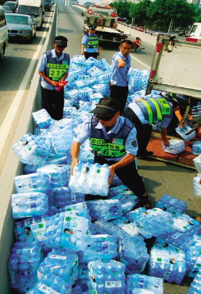 10多名民警和交通协管员正在搬运矿泉水