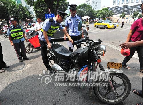 警方在火车站周边整顿非法营运