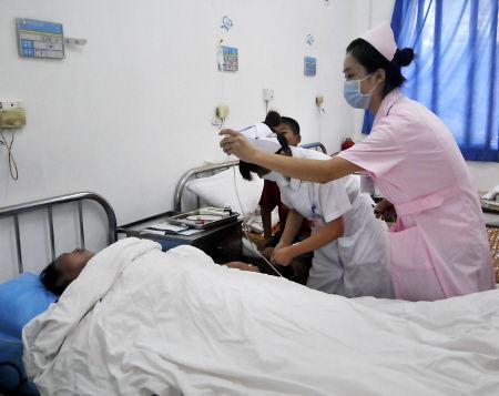 叶先生的妻子躺在医院,小儿子守在旁边
