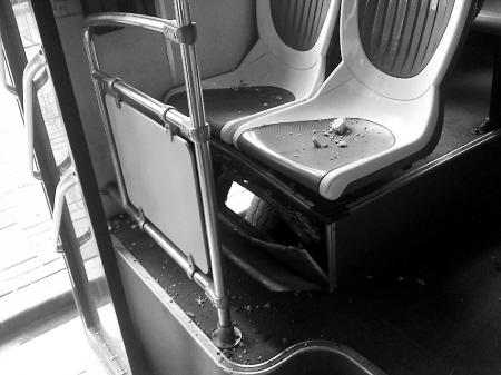 铁板被炸裂后烫伤乘客小腿