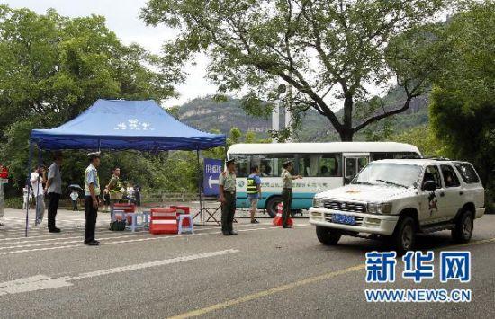 7月15日,交警、武警等部门组织人员在武夷山景区指挥交通。