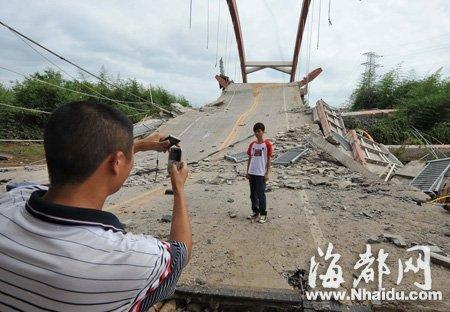 昨日还有群众不顾安全跑到坍塌桥上拍照