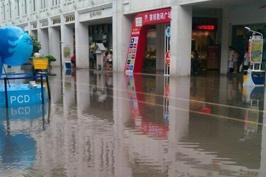 17日厦门一场暴雨过后,中山路涝了。