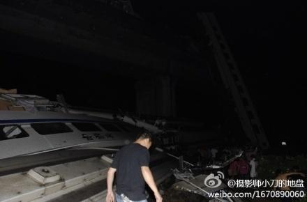 杭州到福州动车双屿发生坠落事故,目前各部门在紧急抢救中.