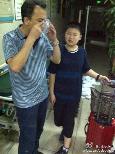 天津李先生一家五口在五号车厢,父母腿部肩部受伤。孙子李子萌说,一家人自己从车里逃生,逃出来后还看到被门卡住的没出来的乘客用灭火器顶开门逃生自救。全家步行了一个多小时的路,看到急救车。