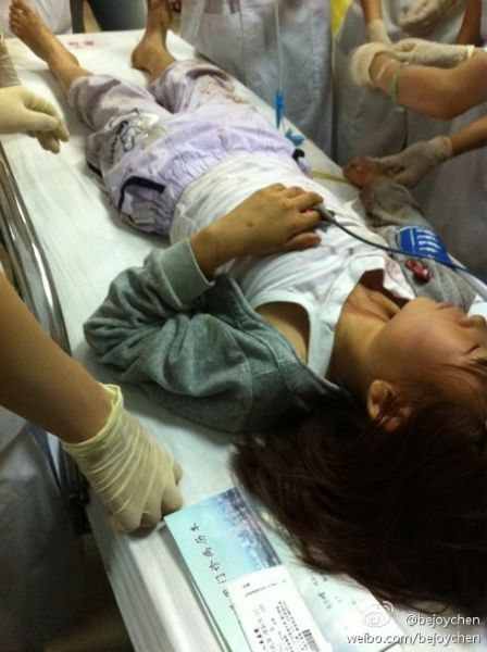 九岁姑娘山东高艺睿与母亲宋华还有哥哥失散,正在急救。