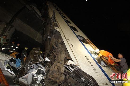 7月23日,从铁道部获悉,23日20时50分,杭深线永嘉至温州南间,北京南至福州D301次列车与杭州至福州南D3115次列车发生追尾事故。中新社发 苏巧将 摄 图片来源:CNSPHOTO