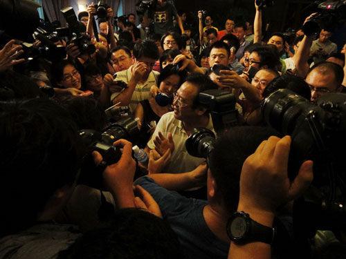 发布会结束后,铁道部新闻发言人被记者包围