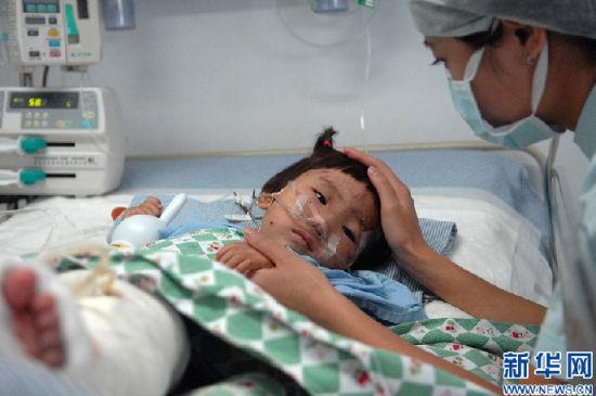 护士在病床边对项炜伊进行心理安抚