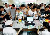 温州中心血站挤满来献血的市民