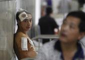 一名受伤男乘客在医院接受救治
