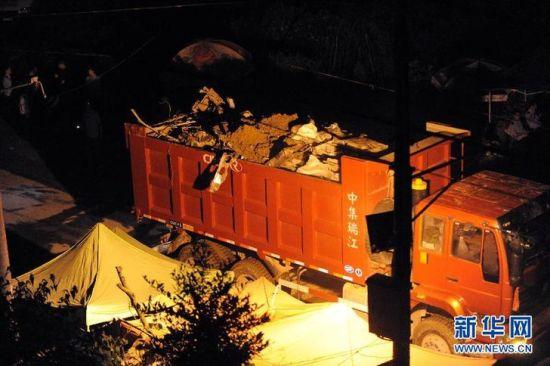 7月25日,第一辆满载的运输车驶离现场。新华社记者徐昱摄