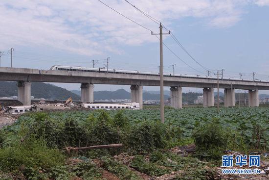 7月25日,一列列车驶过事故路段。