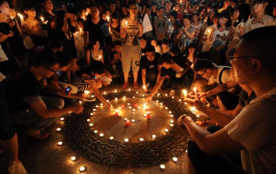 7月25日晚20点30分,浙江温州,上千市民自发来到世纪广场点蜡烛为温州动车追尾事故中的遇难者祈福。